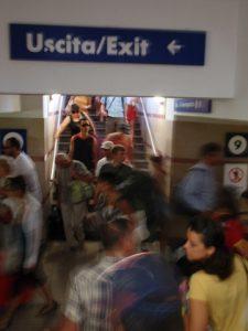 混んでいるピサ駅