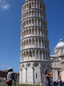 ピサの斜塔を支える写真